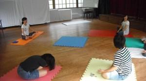 児童部で活動プログラムでヨガ体験