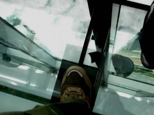 足元のガラス